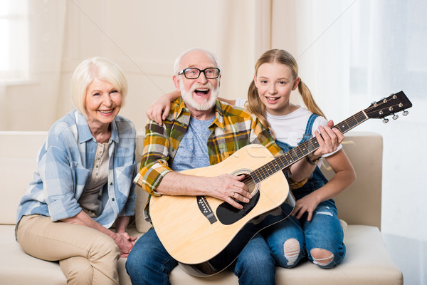 Cute gelukkig meisje grootouders vergadering samen sofa Stockfoto © LightFieldStudios