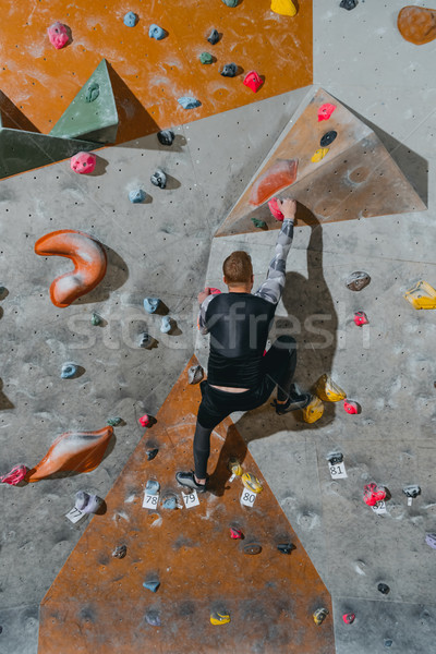 Homme escalade mur vue arrière coup jeune homme Photo stock © LightFieldStudios