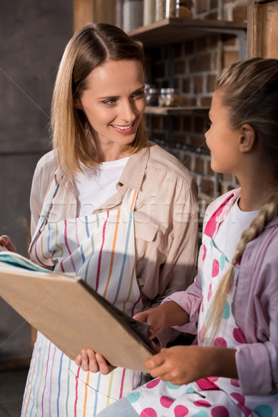 Familie lezing kookkunst boek meisje moeder Stockfoto © LightFieldStudios