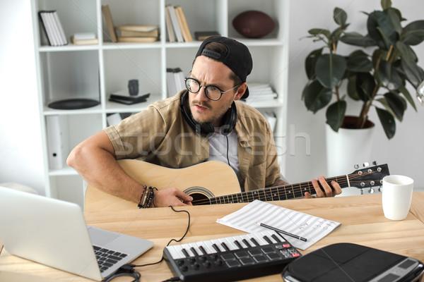 Stock fotó: Zenész · játszik · gitár · koncentrált · fiatal · munkahely