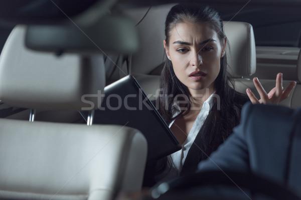 Suparat maşină şofer tineri femeie costum Imagine de stoc © LightFieldStudios