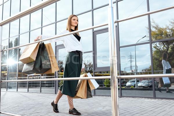 Stock fotó: Gyönyörű · nő · bevásárlótáskák · sétál · város · vásárlás · szépség