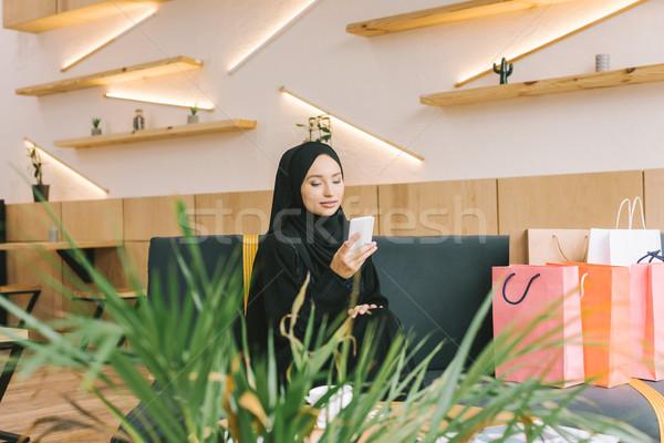 Muzułmanin kobieta smartphone Kafejka moda Zdjęcia stock © LightFieldStudios