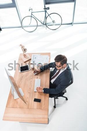 üzletember dolgozik asztali számítógép magasról fotózva kilátás fiatal Stock fotó © LightFieldStudios