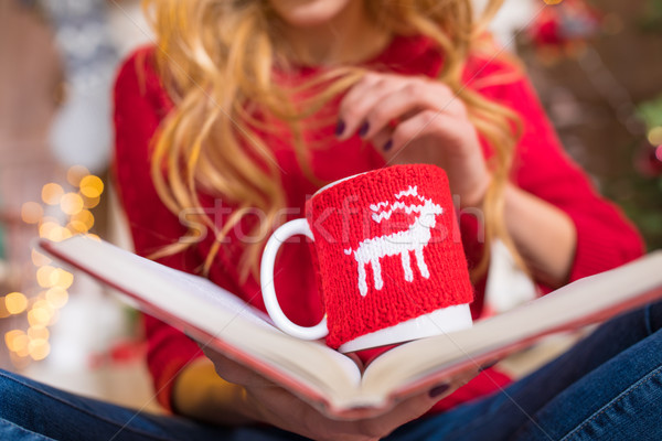 Vrouw lezing boek warme drank Stockfoto © LightFieldStudios