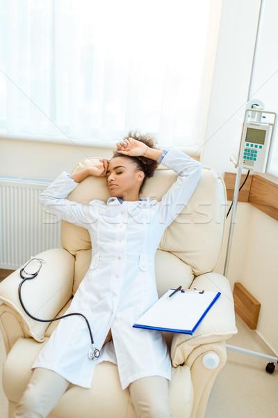 Lekarza fotel młodych wyczerpany stetoskop schowek Zdjęcia stock © LightFieldStudios