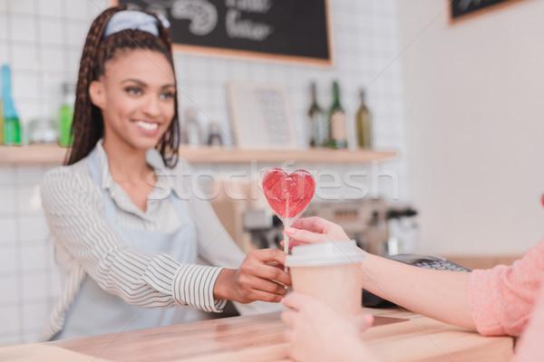 Barista cliente pirulito sorridente africano americano mulheres Foto stock © LightFieldStudios