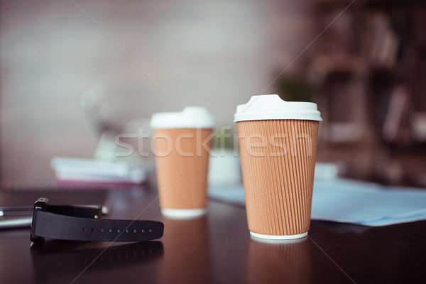 Vue jetable tasses de café table horloge Photo stock © LightFieldStudios
