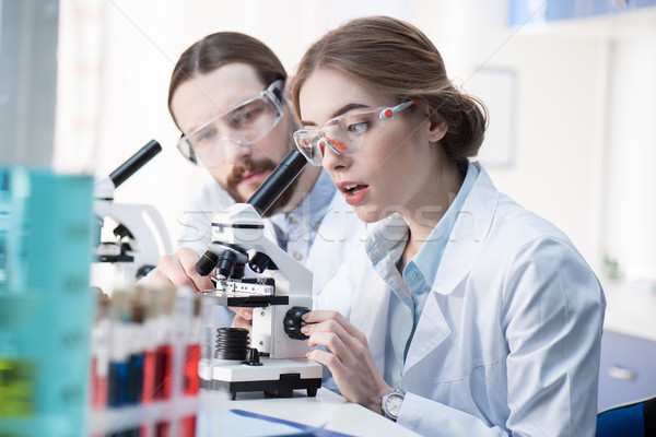 Stockfoto: Werken · microscoop · jonge · professionele · samen · lab