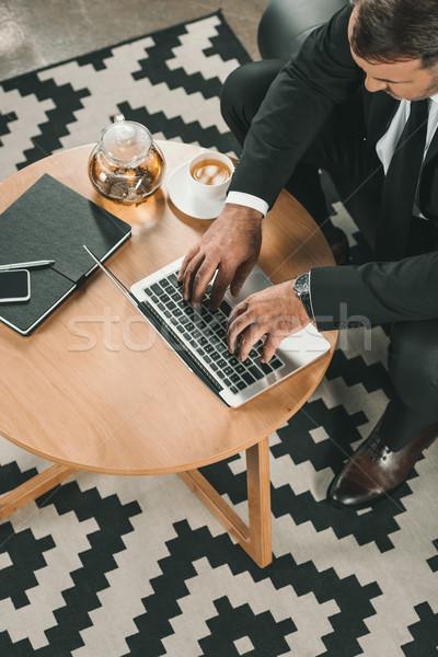 Işadamı çalışma dizüstü bilgisayar üst görmek sehpa Stok fotoğraf © LightFieldStudios