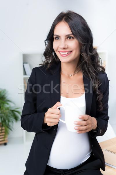 Zwangere zakenvrouw beker warme drank aantrekkelijk moderne Stockfoto © LightFieldStudios