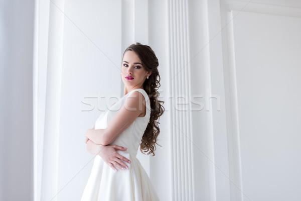 красивой брюнетка невеста подвенечное платье глядя камеры Сток-фото © LightFieldStudios