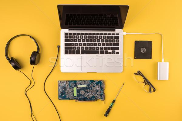 Topo ver laptop fones de ouvido óculos placa-mãe Foto stock © LightFieldStudios