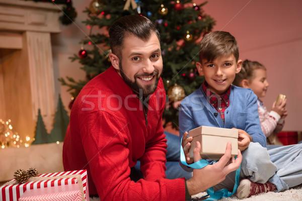 Familie christmas presenteert gelukkig vader zoon Stockfoto © LightFieldStudios
