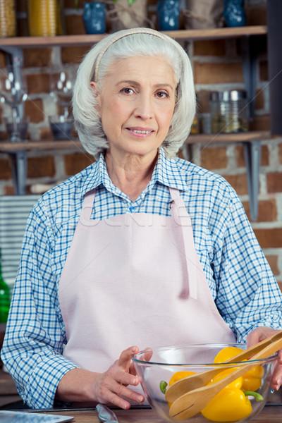 Starszy kobieta fartuch atrakcyjny uśmiechnięty kamery Zdjęcia stock © LightFieldStudios