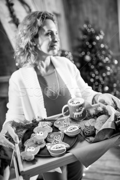 Vrouw dienblad christmas cookies glimlachende vrouw Stockfoto © LightFieldStudios