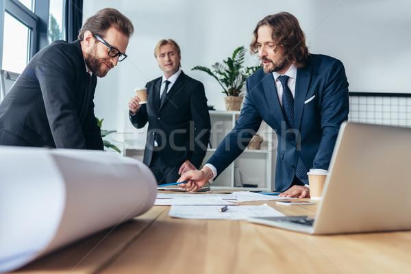 Stock fotó: üzletemberek · dolgozik · iroda · profi · középkorú · megbeszél