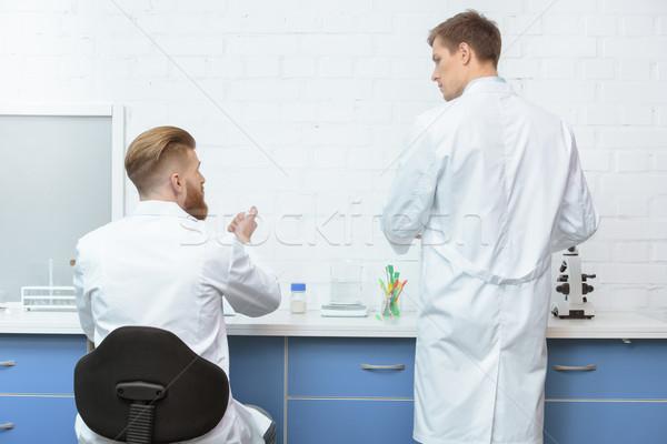 Achteraanzicht wetenschappers bespreken analyse werken Stockfoto © LightFieldStudios