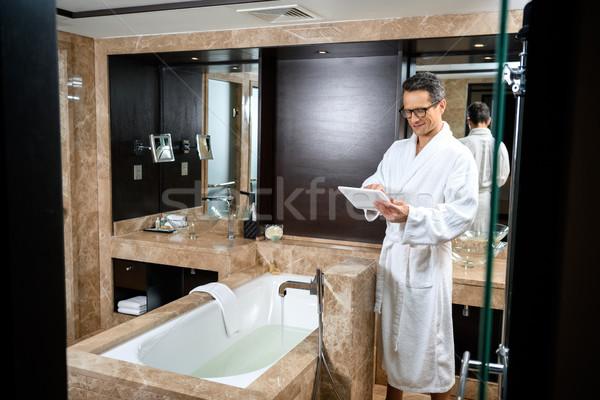Zakenman badjas werken tablet hotel Stockfoto © LightFieldStudios