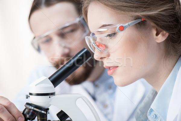 Werken microscoop portret jonge professionele Stockfoto © LightFieldStudios