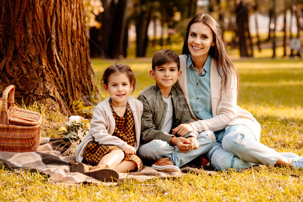 Mama dzieci koc piknikowy mały posiedzenia jesienią Zdjęcia stock © LightFieldStudios