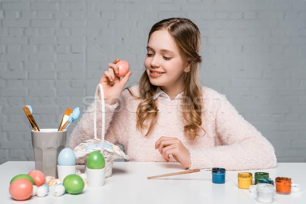 Gyönyörű mosolyog tinilány tart tojás előkészítés Stock fotó © LightFieldStudios