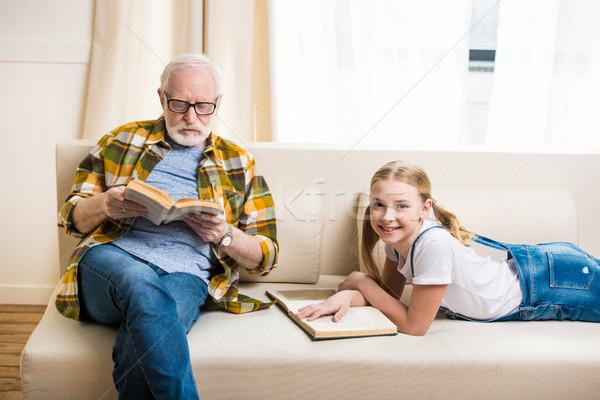 Godny podziwu dziewczynka dziadek okulary czytania książek Zdjęcia stock © LightFieldStudios