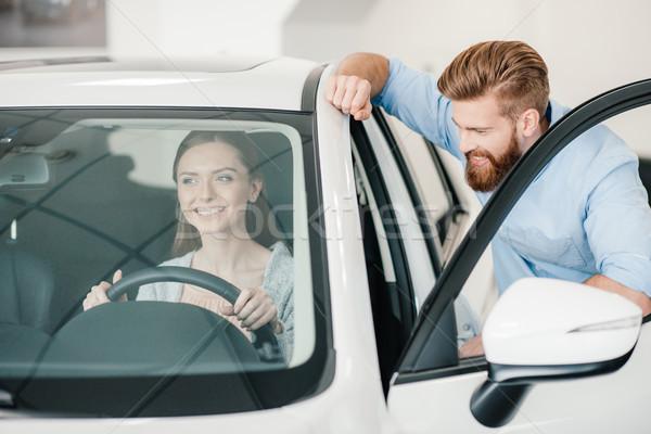 Souriant jeune femme séance nouvelle voiture homme permanent Photo stock © LightFieldStudios