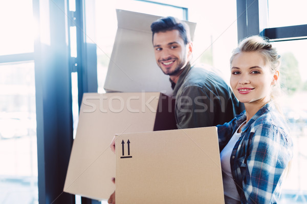 Couple carton cases heureux Photo stock © LightFieldStudios