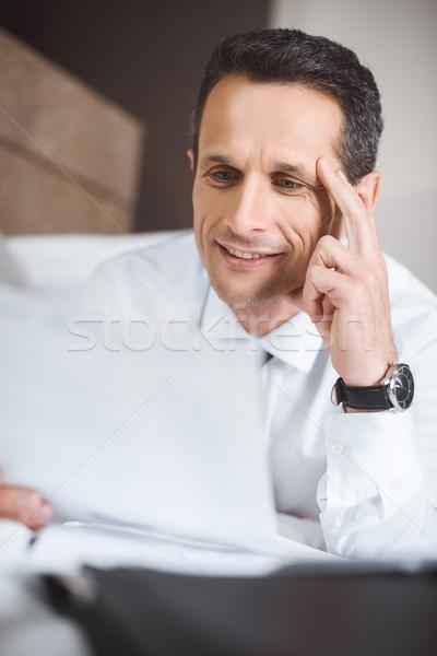Zakenman bed lezing papierwerk formeel dragen Stockfoto © LightFieldStudios