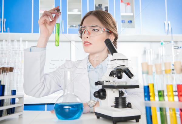 Foto stock: Científico · tubo · de · ensayo · jóvenes · femenino · químicos