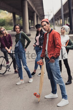 Hombre equitación compañera skateboard guapo joven Foto stock © LightFieldStudios