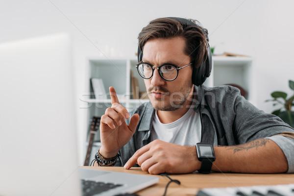 молодые музыканта прослушивании музыку концентрированный наушники Сток-фото © LightFieldStudios