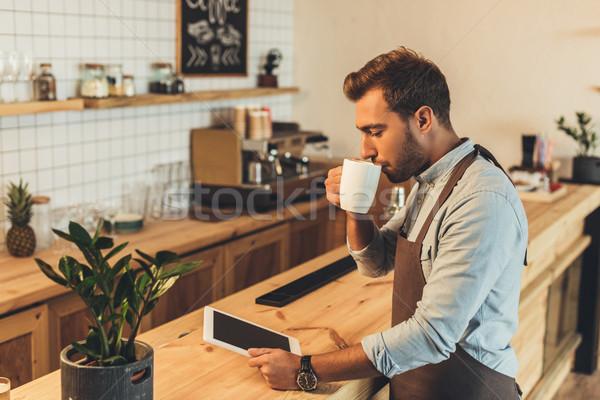 Barista beker koffie tablet zijaanzicht drinken Stockfoto © LightFieldStudios