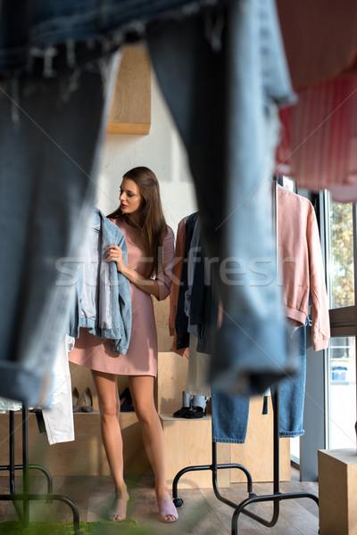 Jonge vrouw kiezen kleding winkel mooie roze Stockfoto © LightFieldStudios