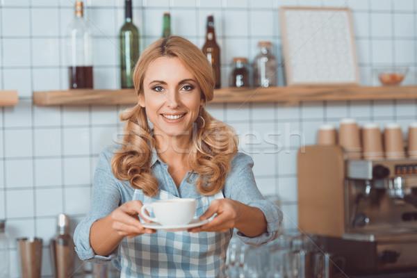 Pincérnő bögre kávé gyönyörű mosolyog kamera Stock fotó © LightFieldStudios