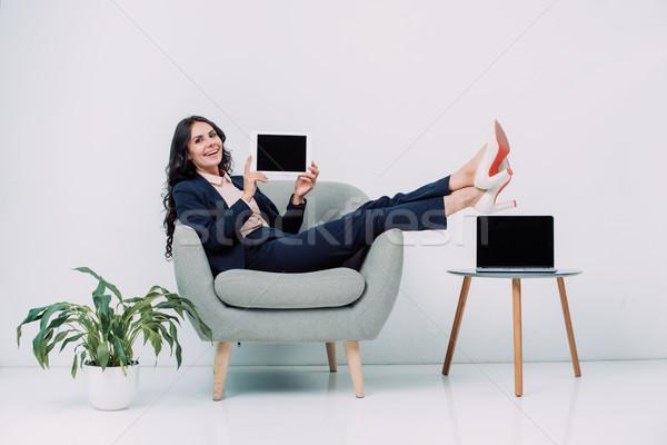 Kobieta interesu tabletka posiedzenia fotel młodych Zdjęcia stock © LightFieldStudios
