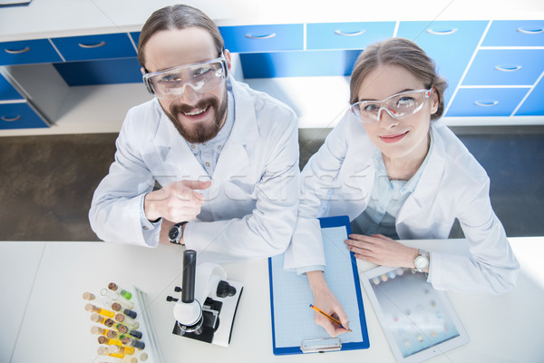 Stockfoto: Wetenschappers · werken · laboratorium · jonge · professionele · glimlachend