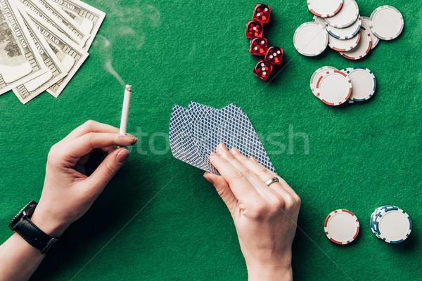 Vrouw sigaret speelkaarten casino tabel Stockfoto © LightFieldStudios