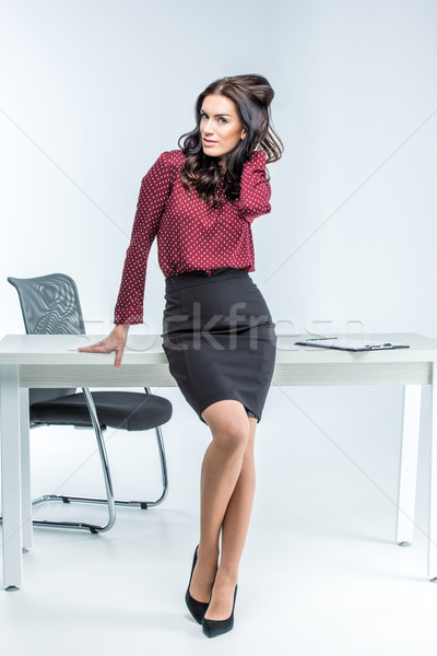 Seducente giovani imprenditrice posa tavola guardando Foto d'archivio © LightFieldStudios