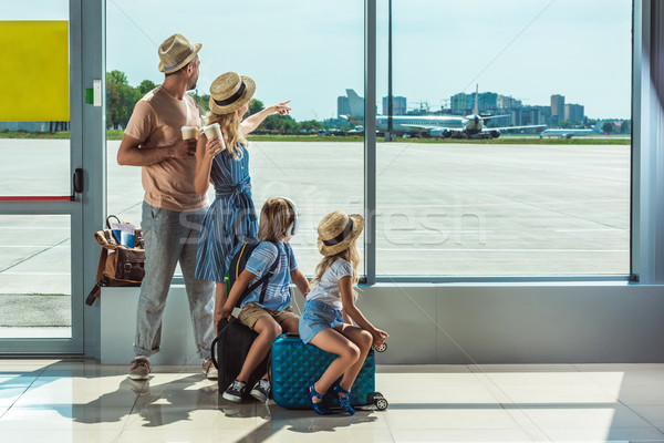 Foto stock: Familia · mirando · fuera · ventana · aeropuerto · vista · posterior