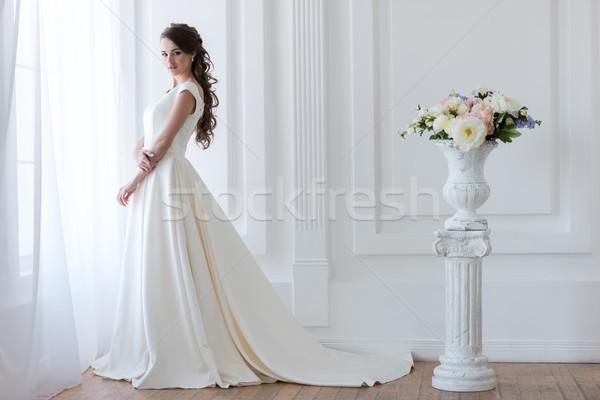 Сток-фото: красивой · невеста · позируют · элегантный · подвенечное · платье · букет