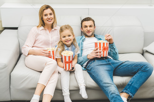 Souriant famille popcorn regarder film ensemble Photo stock © LightFieldStudios