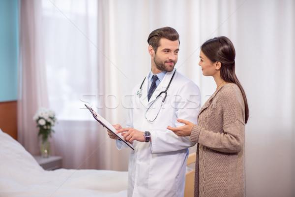 Stock fotó: Orvos · beteg · kórház · mosolyog · férfi · orvos · tart