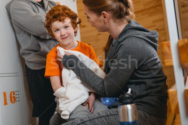 Fiú ül pad szekrényes öltöző fiatal srác anya Stock fotó © LightFieldStudios