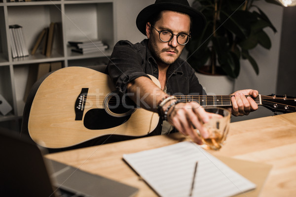 Mislukte muzikant drinken alleen jonge akoestische gitaar Stockfoto © LightFieldStudios