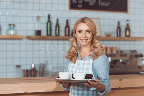 Serveerster dienblad mooie glimlachend schort Stockfoto © LightFieldStudios