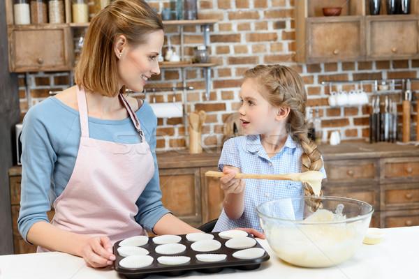Boldog anya lánygyermek sütés sütik néz Stock fotó © LightFieldStudios