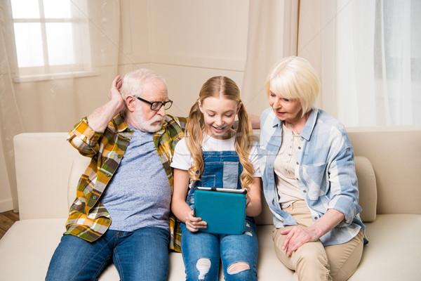счастливым дедушка и бабушка внучка цифровой таблетка вместе Сток-фото © LightFieldStudios