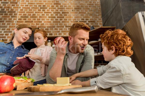 Genitori ragazzi home view cucina Foto d'archivio © LightFieldStudios